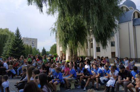 У Тернополі біля церкви фестивалить молодь (НАЖИВО)