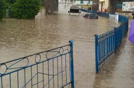 Підволочиськ затопило: автівки плавають у воді (Відео)