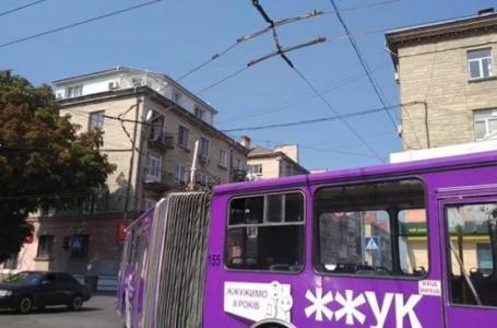 """У Тернополі """"роги"""" тролейбуса впали на автомобіль (Фото)"""