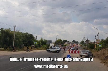 Ціль бачать, перепон – ні: неуважні водії руйнують «ворота» Гаївського мосту (Відео)
