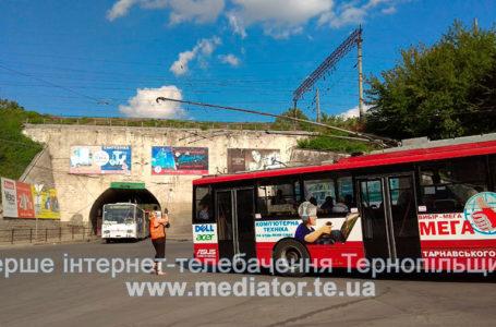 Через кільце біля «шостого магазину» у тролейбусів злітають «роги» (Фото. Відео)