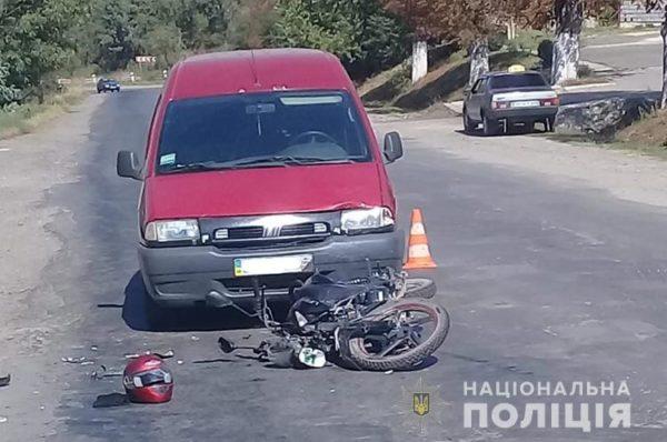 Придбав мопед і одразу влетів в авто: у ДТП на Бучаччині постраждав неповнолітній