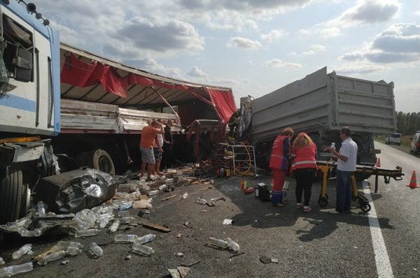 На об'їзній Тернополя зіткнулися дві вантажівки: один з водіїв у важкому стані