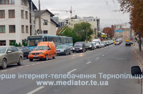 Затор від Слівенської до стадіону.  На Бандери поламався тролейбус (Фото)