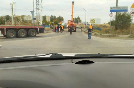 Кран на Гаївському мосту заблокував рух автомобілів по всьому Тернополі (Фото)