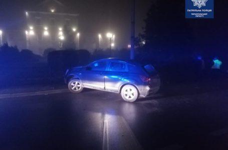Нетверезий водій збив огорожу на вулиці Замкова в Тернополі (Фото)