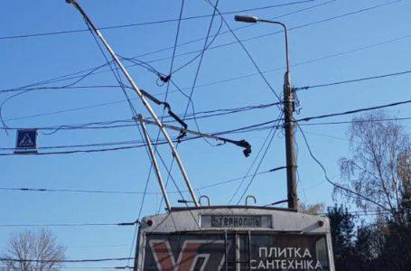 На Бандери – затори. Тролейбуси без напруги (Фото)