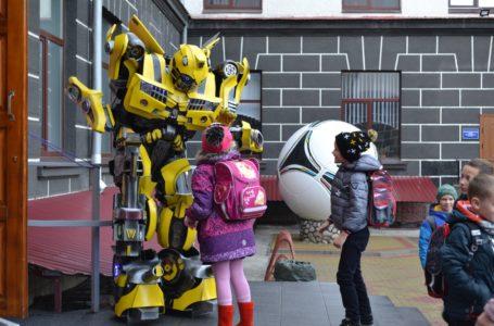 У тернопільській школі перед уроками дітей зустрічав робот (Відео)