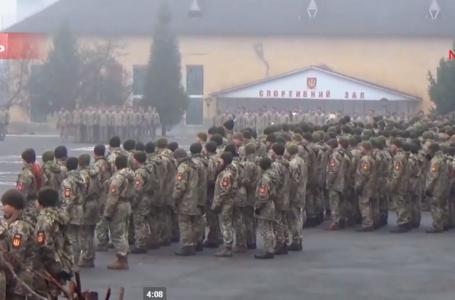 Тернопільські артилеристи марширують «Ходою мужності» з нагоди повернення додому (НАЖИВО)