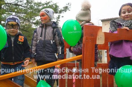 Компанія «Контінентал» подарувала жителям села Подвірне дитячий майданчик (Відео)