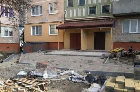 У Тернополі на вулиці Протасевича, 4 ремонтують тротуар