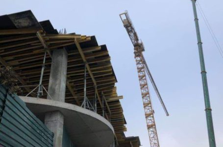 На Тернопільщині на будівництві робітника переїхав кран