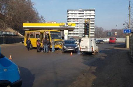 На виїзді з ринку в Тернополі зіткнулись автобус та іномарка (Фото)