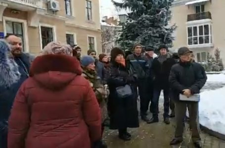 Під міською радою протестують мешканці Львівських дач. Вимагають прописки (НАЖИВО)