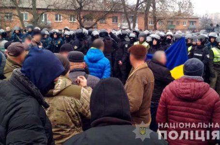 На Полтавщині – сутички між поліцією і противниками евакуації українців з Китаю (Відео)