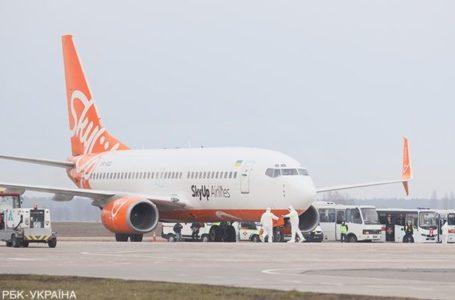 """Літак з евакуйованими з Китаю українцями приземлився в аеропорту """"Бориспіль"""" (Наживо)"""