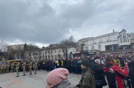Тернополяни йдуть на площу Євромайдану, аби вшанувати Героїв Небесної Сотні (Наживо)