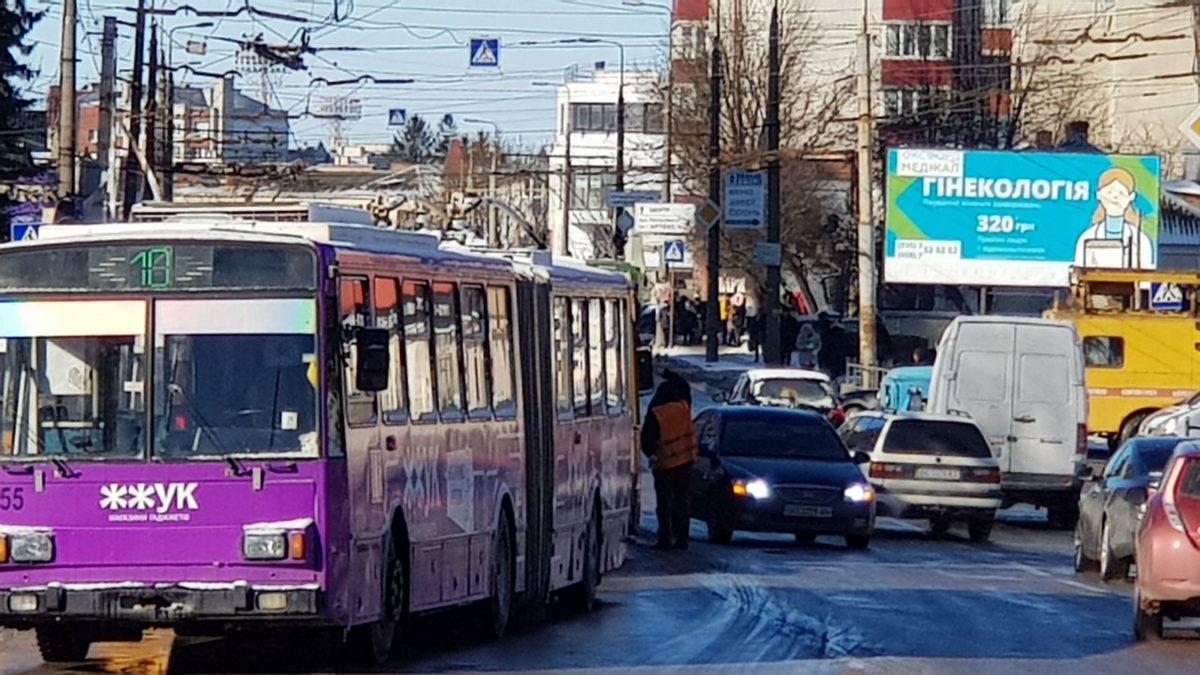 Через зупинку тролейбусів на проспекті Бандери – затори (Фото)