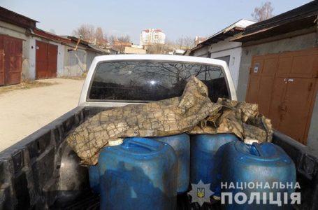 Провідник залізниці зберігав 800 літрів дизпалива в гаражі у Тернополі (Відео)