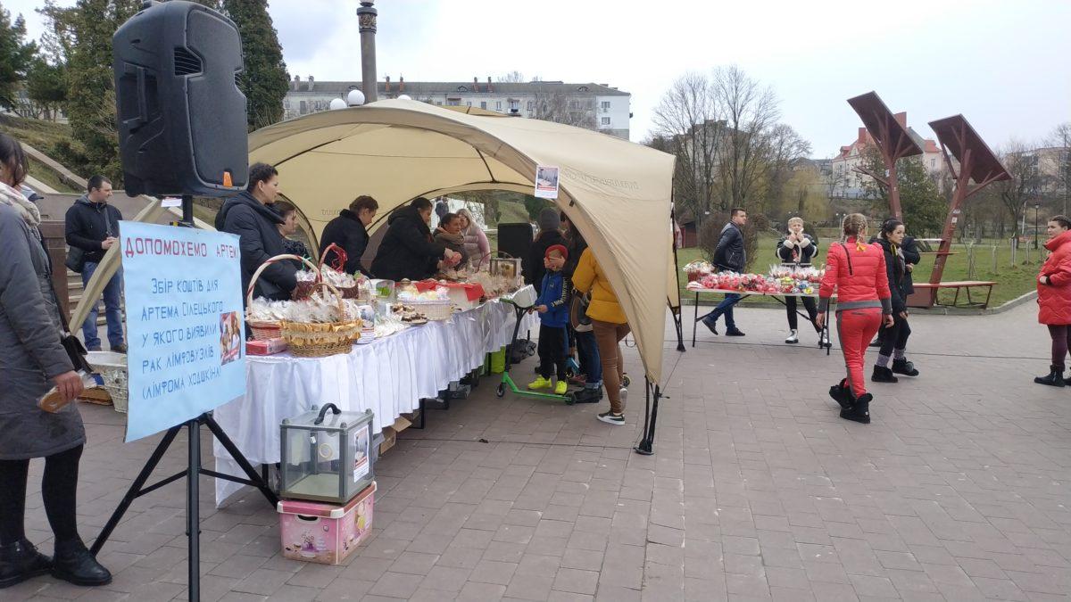 На благодійному ярмарку в Тернополі збирали кошти на порятунок онкохворого Артема Сілецького (Відео)