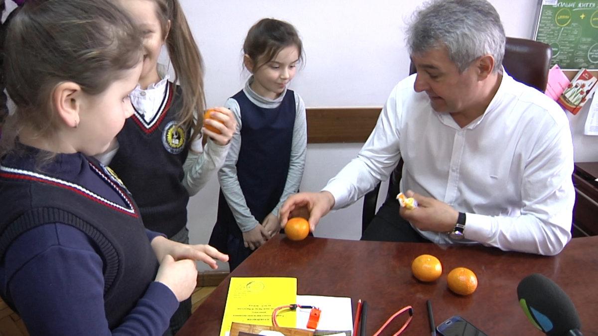 Директор тернопільської школи мотивує учнів цукерками (Відео)