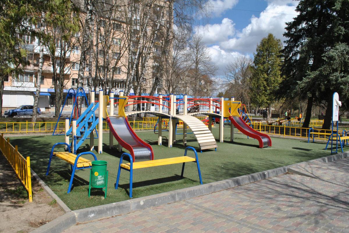 Дитмайданчики в Тернополі обклеюють плівкою, щоб там не грались діти під час карантину