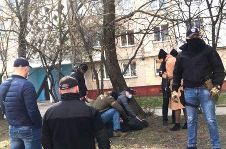 """У Тернополі затримали чоловіків, які """"вибивали"""" гроші у підприємця (Фото)"""