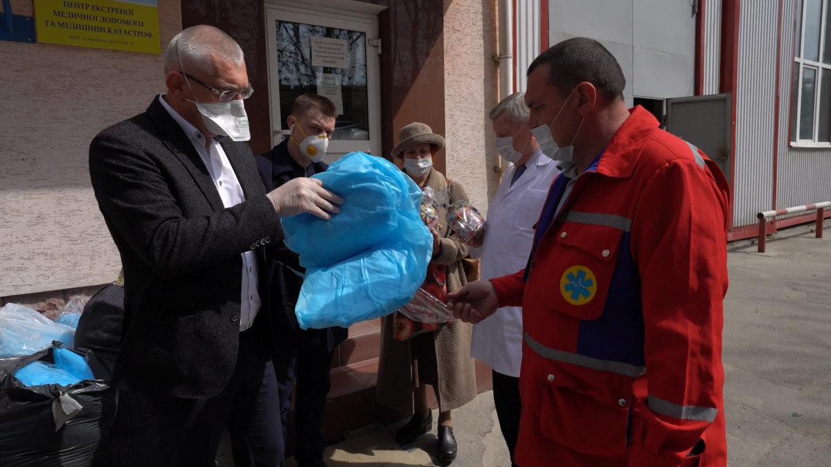 Волонтери Гуманітарного штабу Тернопільщини передали захисні костюми медикам «швидкої» (Відео)