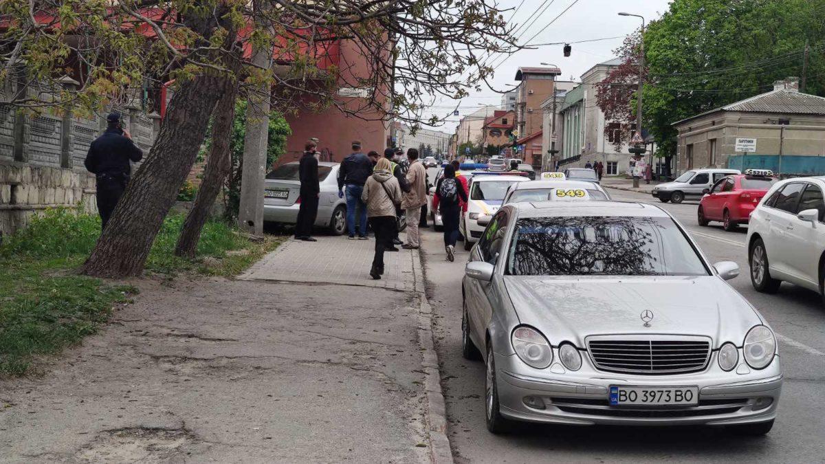 У Тернополі таксі вилетіло на тротуар: водію стало погано (Фото)