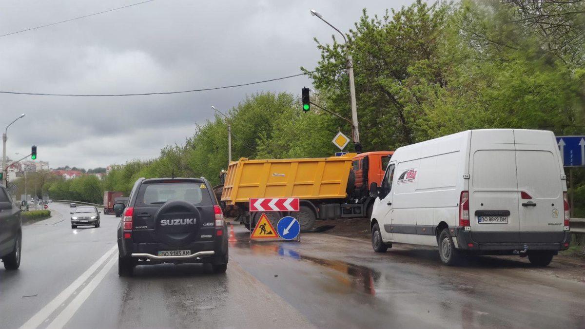 На об'їзній Тернополя затори: ремонтують частину дороги (Фото)