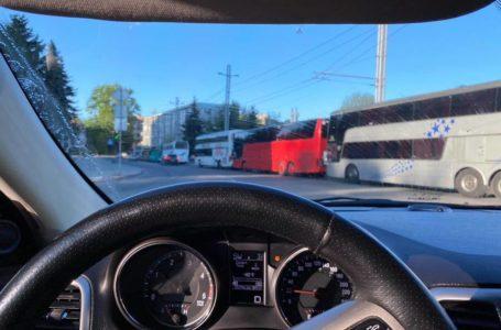 Під Тернопільською ОДА – десятки автобусів. Пікетують перевізники (Відео)