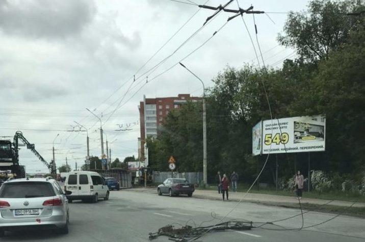Через обірвані тролейбусні лінії в Тернополі зупинився електротранспорт (Фото)