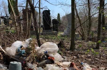 """""""Наші рідні не заслуговують лежати на звалищі"""", – кременчанка про сміття на цвинтарі"""