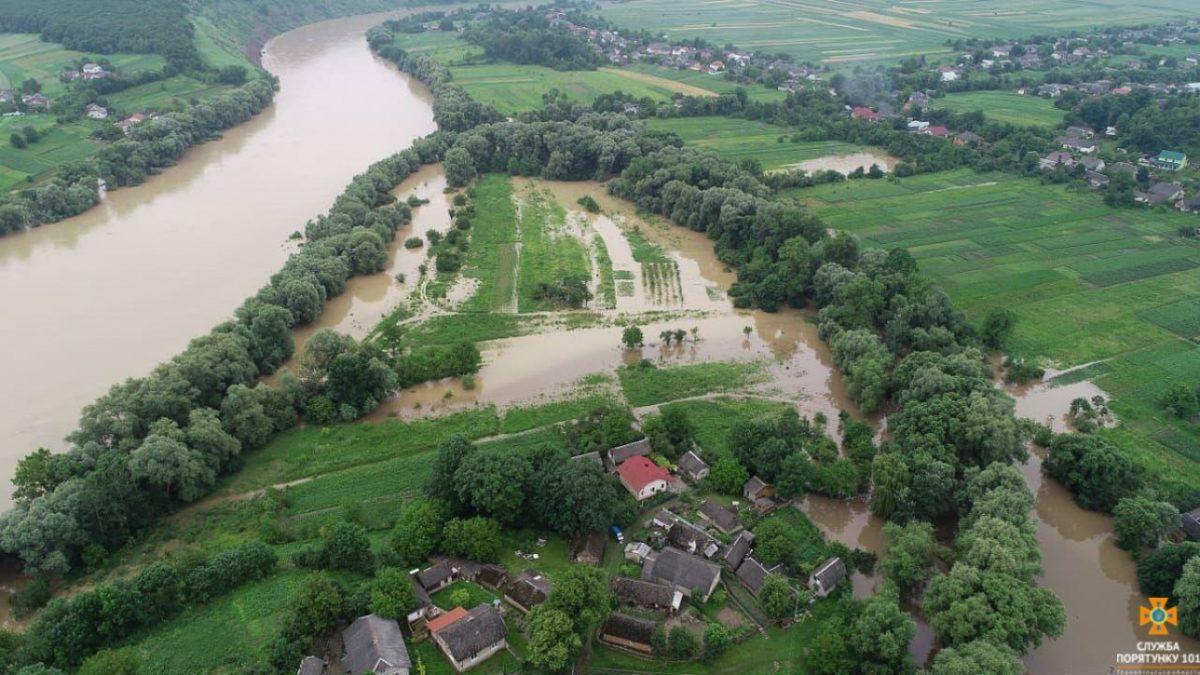 Через підйом води у річці Дністер на Монастирищині відселяють людей (Відео)