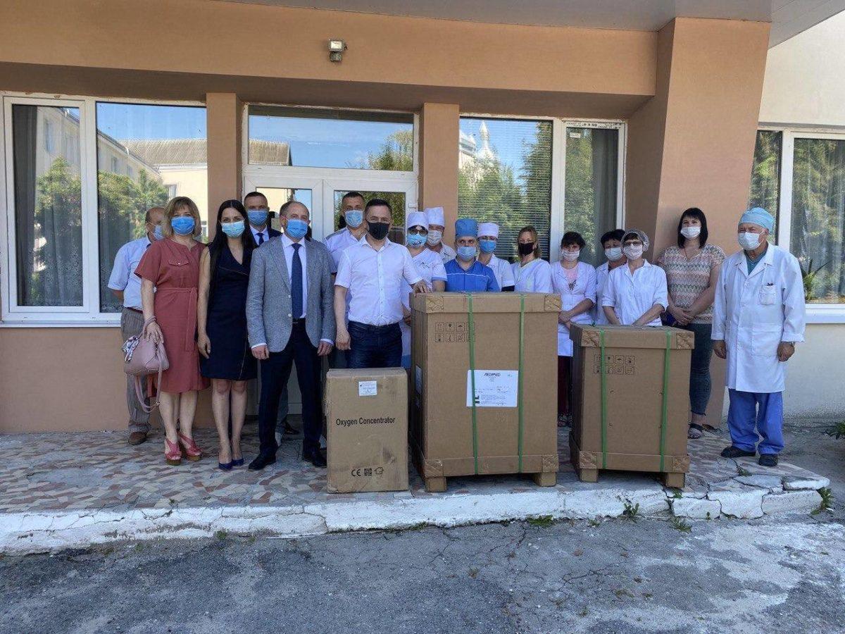 Нардепи від Тернопільщини зі «Слуги народу» передали районним лікарням сучасні апарати ШВЛ