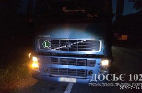 На Тернопільщині вантажівка збила чоловіка, тіло переїхали автівки