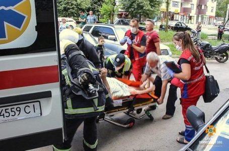 У Тернополі із задимленої квартири рятували пенсіонерку (Відео)