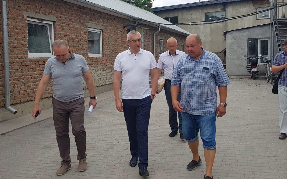 Народний депутат Іван Чайківський смакував хлібом «Файного пекаря»