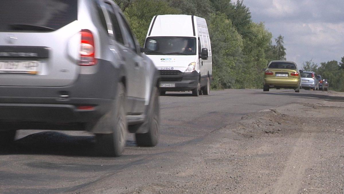 Горби на асфальті. Дорогу попри села Тернопільського району розбивають вантажівки (Відео)