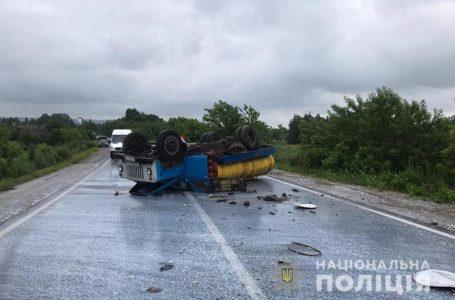 Джип зіткнувся з молоковозом на Кременеччині. Вантажівка перекинулась (Фото)