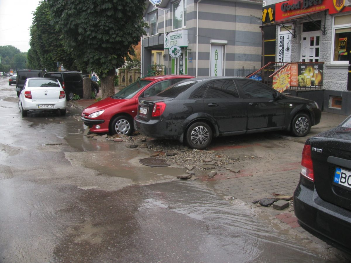 На Тернопільщині через зливи підтоплено підвали і будівлі (Фото)