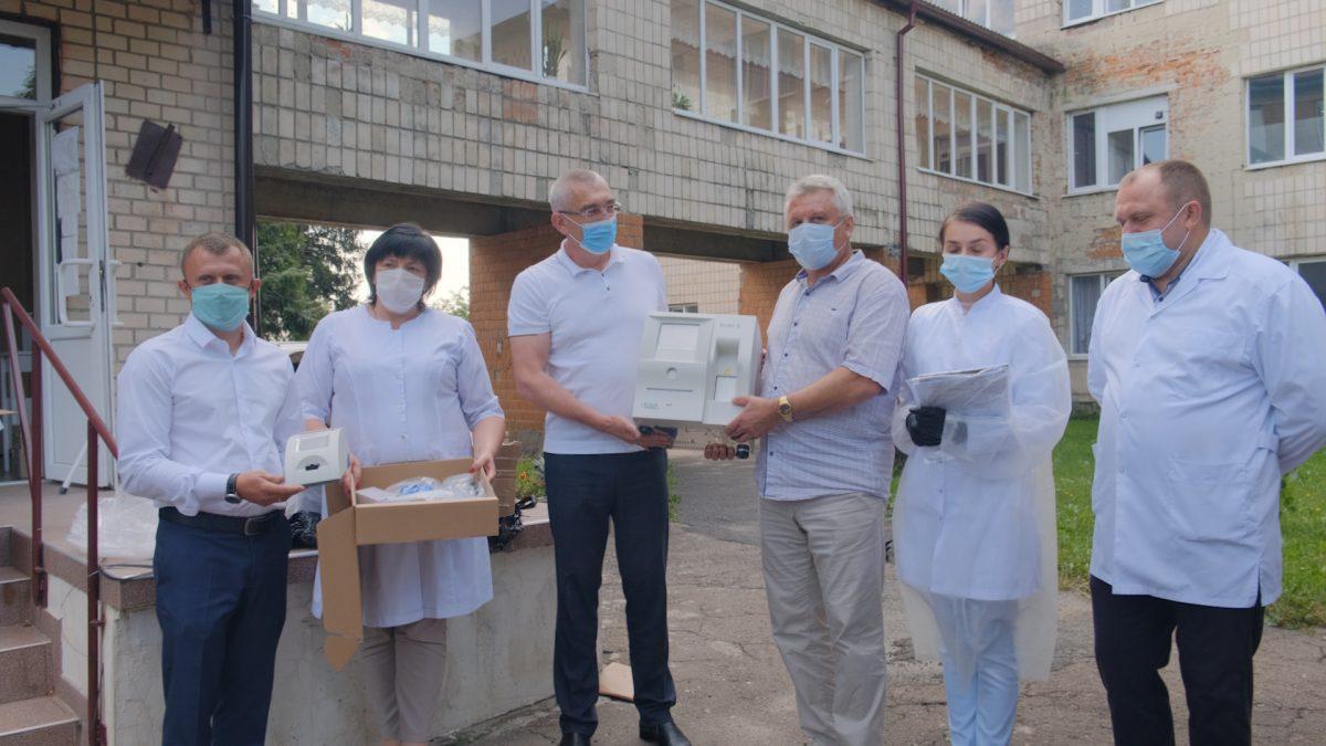 Волонтери Гуманітарного штабу передали Козівській ЦРЛ аналізатор крові (Відео)