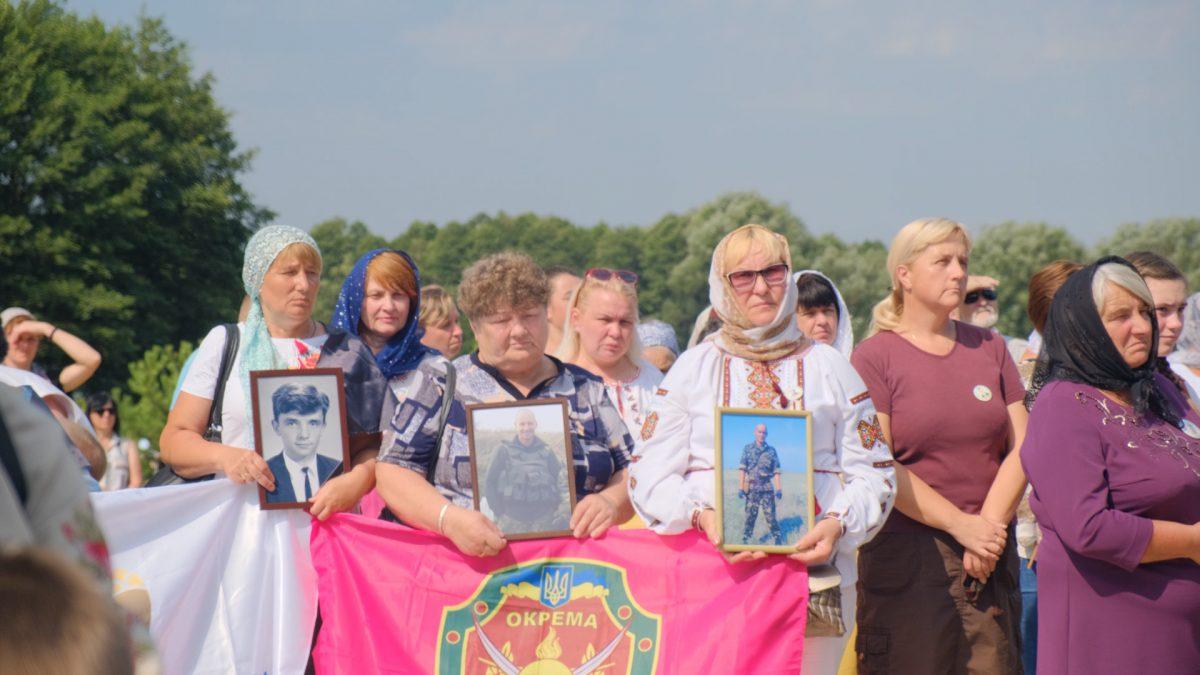 Місце пам'яті та спокою. Понад сотню родин загиблих воїнів з'їхалися на Кременеччину (Відео)