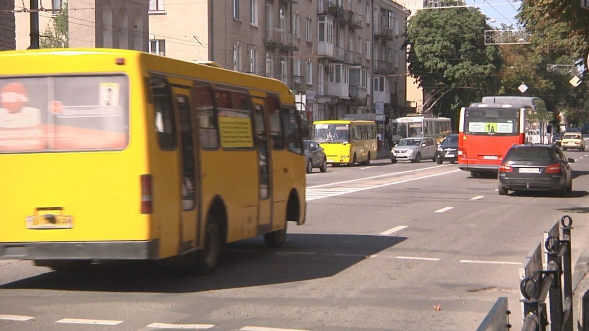 """Міськрада дозволяє, поліціянти штрафують. Тернопіль живе звичним життям попри """"червону"""" зону (Відео)"""