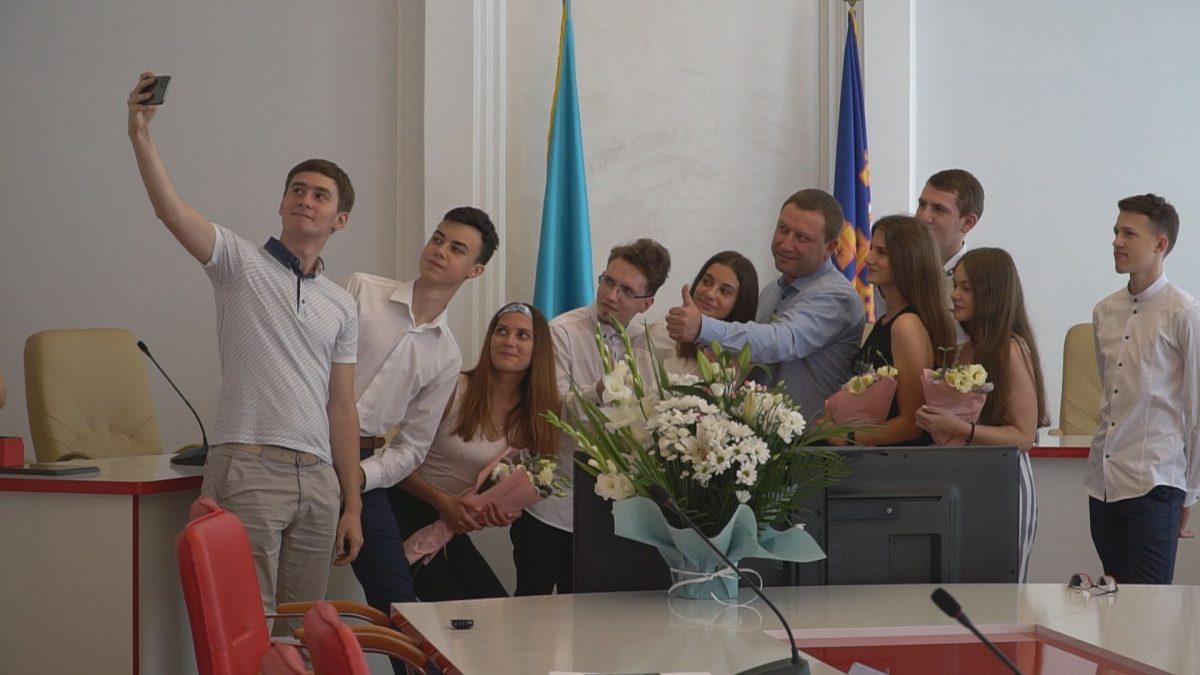 Випускникам з Тернопільщини, які набрали найвищі бали за ЗНО, вручили подарунки (Відео)