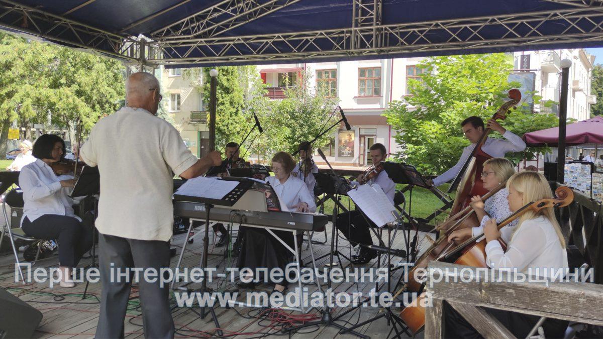 Тернополяни слухали виступ оркестру на вулиці Сагайдачного (Відео)