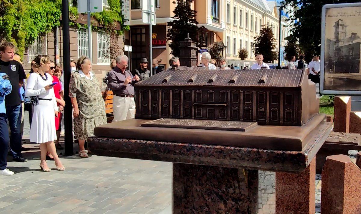 У Тернополі презентували бронзову модель ратуші та карту давнього міста (Відео)