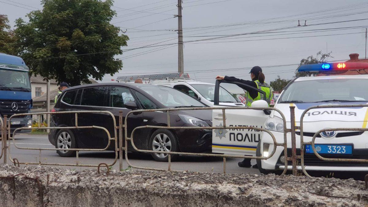 На Микулинецькій затори, водій залишив автівку на дорозі (Фото)