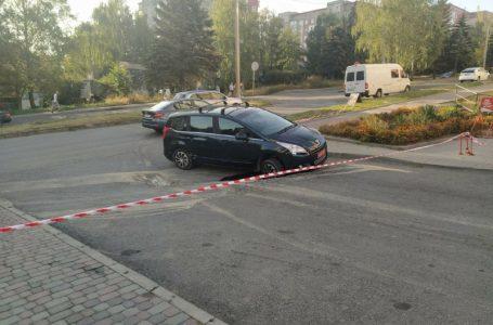 На Коновальця автомобіль провалився у яму на дорозі (Фото)