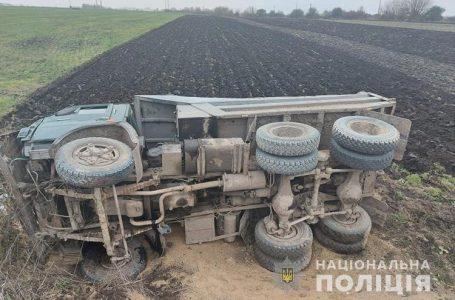 Біля Тернополя перекинулась вантажівка. Водія затиснуло в кабіні